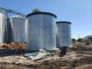На початку червня 2020 роки нами були зібрані два сталевих резервуара для пожежного запасу води корисним об'ємом 300 м3. Кожна модульна ємність 150м3 має наступні розміри, висота - 6 метра, діаметр - 5,5 метра. Ємність утеплена має тени для підігріву в зимовий час і щит управління сиситемой нагріву. Забір і підведення води виконані через дно ємності. Так само ємність має перелив і датчики рівня.